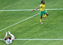 11-06-2010 VOETBAL: FIFA WORLDCUP 2010 ZUID AFRIKA - MEXICO: JOHANNESBURG<br /> De openingswedstrijd van het WK heeft geen winnaar opgeleverd.<br /> Begeleid door de sonore klank van de vuvuzela's op de tribunes in Johannesburg speelden Zuid-Afrika en Mexico met 1-1 gelijk / Africa s Siphiwe Tshabalala celebrates after he scored vs Mexico s goalkeeper Oscar Perez<br /> ©2010-FRH- NPH/  Vid Ponikvar (Netherlands only)