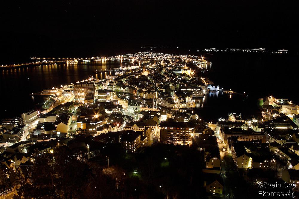 Jugendbyen Ålesund fotografert ved Fjellstua på Akslafjellet. <br /> <br /> The city of Aalesund photographed from Akslafjellet.<br /> <br /> Foto: Svein Ove Ekornesvåg