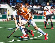AMSTELVEEN  - Hockey -  1e wedstrijd halve finale Play Offs dames.  Amsterdam-Bloemendaal (5-5), Bl'daal wint na shoot outs. Florian Fuchs (Bldaal) met Justin Reid-Ross (A'dam).    COPYRIGHT KOEN SUYK