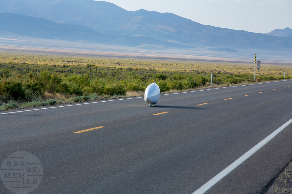 De ochtendruns van de vierde racedag. In Battle Mountain (Nevada) wordt ieder jaar de World Human Powered Speed Challenge gehouden. Tijdens deze wedstrijd wordt geprobeerd zo hard mogelijk te fietsen op pure menskracht. De deelnemers bestaan zowel uit teams van universiteiten als uit hobbyisten. Met de gestroomlijnde fietsen willen ze laten zien wat mogelijk is met menskracht.<br /> <br /> In Battle Mountain (Nevada) each year the World Human Powered Speed ​​Challenge is held. During this race they try to ride on pure manpower as hard as possible.The participants consist of both teams from universities and from hobbyists. With the sleek bikes they want to show what is possible with human power.
