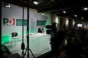 ROMA. UN GIORNALISTA IN UNO STUDIO TELEVISIVO DI YOU DEM TV ALLESTINO IN OCCASIONE DELLE PRIMARIE ALL'INTERNO DELLA SALA CONFERENZE STAMPA DELLA SEDE DEL PARTITO DEMOCRATICO DI ROMA