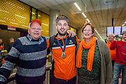 Aankomst wereldkampioen Bowlen Xander van Mazijk op Schiphol met zijn ouders