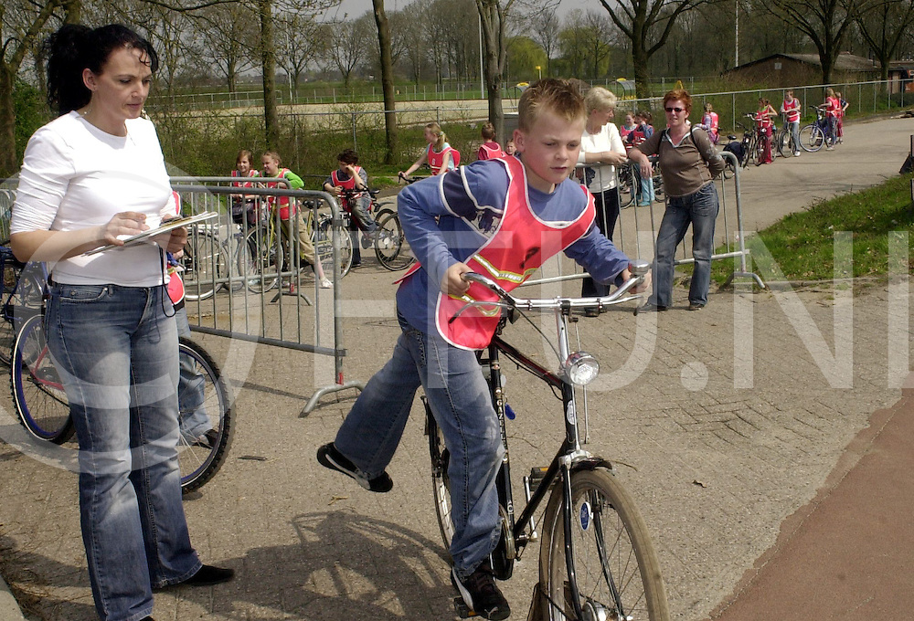 060425, hardenberg, ned,<br /> Start verkeersexamen voor scholieren vanaf sportpark De Kruserbrink,<br /> fotografie frank uijlenbroek&copy;2006 michiel van de velde