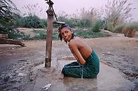 Pakistan - Hijra, les demi-femmes du Pakistan - Lors de la fête du saint soufi Baba Masta Wali Sarkar, une centaine d'Hijra se retrouvent dans des campements. Ils se rendent chaque jour sur la tombe en procession et se donnent en spectacle. // Pakistan. Punjab province. Hijra, the half woman of Pakistan. During the same festival a young hijra prepares herself for the night dancing show. She takes her shower.