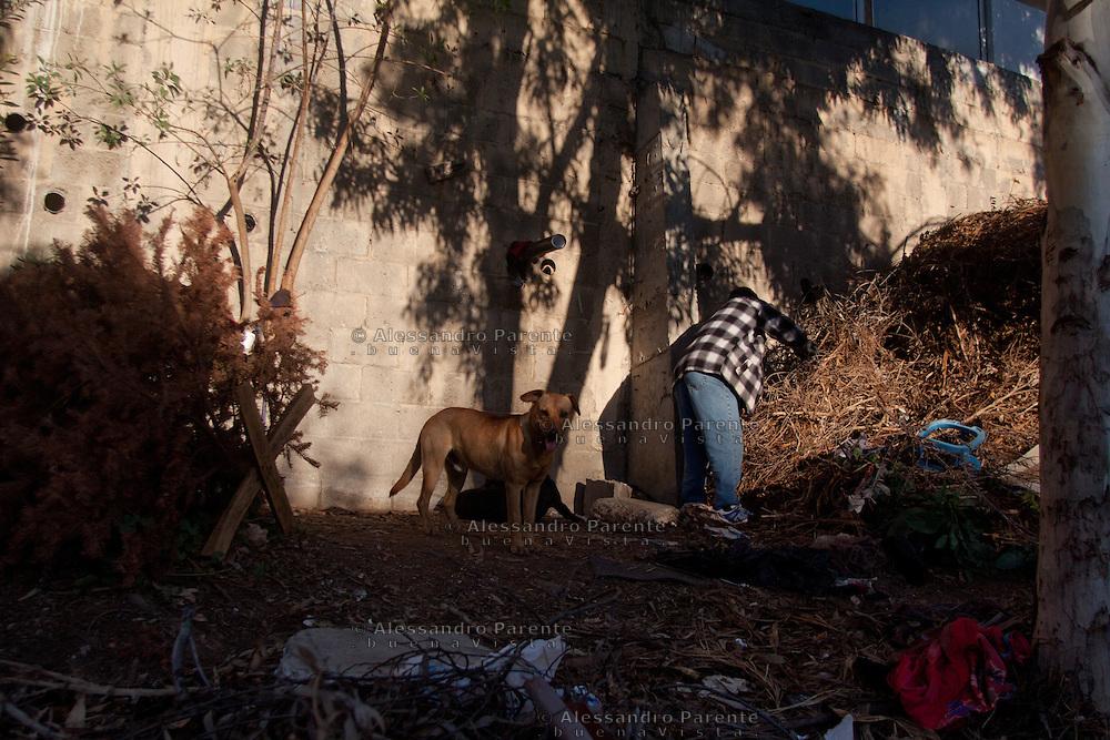 Juan con i suoi cani nel nascondiglio dove tiene i suoi averi.
