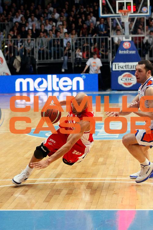 DESCRIZIONE : Cantu Lega A1 2007-08 Tisettanta Cantu Scavolini Spar Pesaro<br /> GIOCATORE : Carlton Myers<br /> SQUADRA : Scavolini Spar Pesaro<br /> EVENTO : Campionato Lega A1 2007-2008<br /> GARA : Tisettanta Cantu Scavolini Spar Pesaro<br /> DATA : 02/03/2008<br /> CATEGORIA : Palleggio<br /> SPORT : Pallacanestro<br /> AUTORE : Agenzia Ciamillo-Castoria/G.Cottini