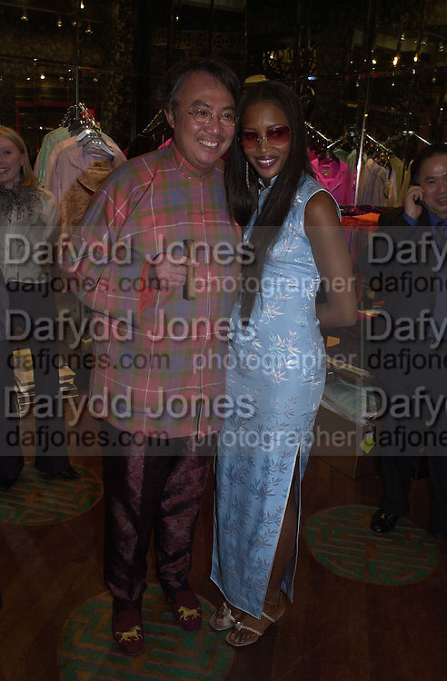 David Tang and Naomi Campbell. Shanghai Tang opening. Sloane St. 11 April 2001. © Copyright Photograph by Dafydd Jones 66 Stockwell Park Rd. London SW9 0DA Tel 020 7733 0108 www.dafjones.com