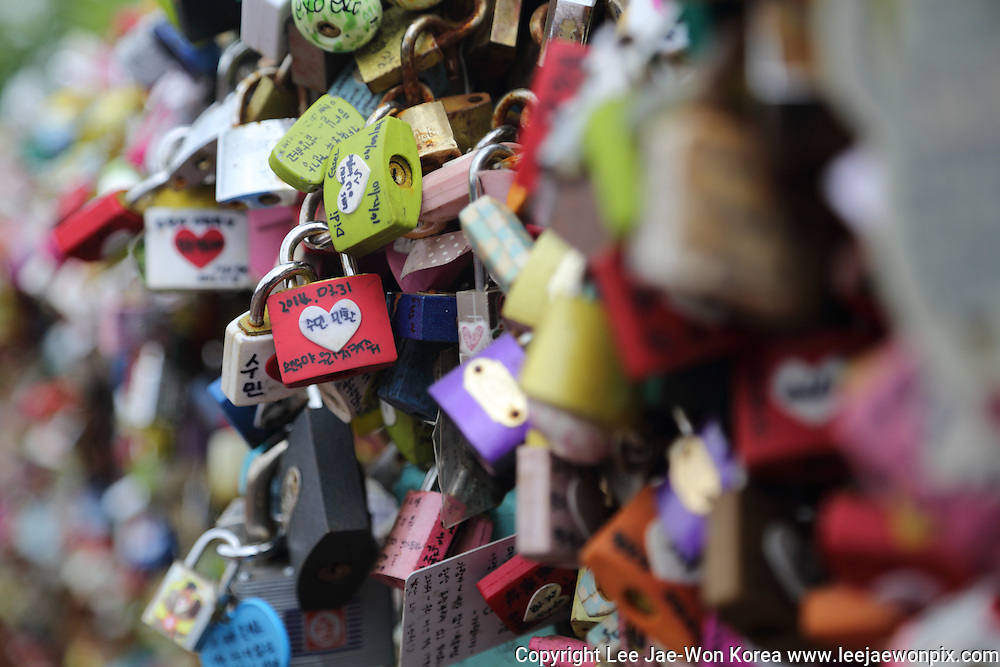 Love locks on the Nam mountain in Seoul. / Lee Jae-Won