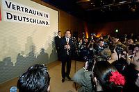 18 SEP 2005 BERLIN/GERMANY:<br /> Gerhard Schroeder, SPD, Bundeskanzler, haelt eine Rede, auf der Wahlparty der SPD, Wahlabend der SPD, Willy-Brandt-Haus<br /> IMAGE: 20050918-01-095<br /> KEYWORDS: Wahlparty, Bundestagswahl, Applaus, applaudieren, Jubel, Gerhard Schröder