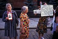 "Russia   1998.Sit-in dei Comunisti russi, davanti al Mausoleo, sulla Piazza Rossa a Mosca, dove è conservata la salma di Lenin, contro l'ipotesi della chiusura del mausoleo  e il trasferimento del corpo di Lenin nella tomba di famiglia di San Pietroburgo..Russia 1998.Sit-in of the Russian Communists in front of the mausoleum on Red Square in Moscow which houses the remains of Lenin against the hypothesis of the closure of the mausoleum  and transfer of Lenin's body in the family tomb in St. Petersburg. the banner reads: ""In Lenin respect the man who has used all his strength, with the full sacrifice of his personality,for the accomplishment of social justice..the people like him are the guardians and reformers of the consciousness of humanity."" Albert Einstein"