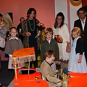 NLD/Apeldoorn/20081101 - Opening tentoonstelling SpeelGoed op paleis Het Loo, Prins Bernhard Jr. met partner Annet Sekreve en kinderen Isabelle en Sam en Maurits en Marilene met kinderen Anna, Lucas en Felicia