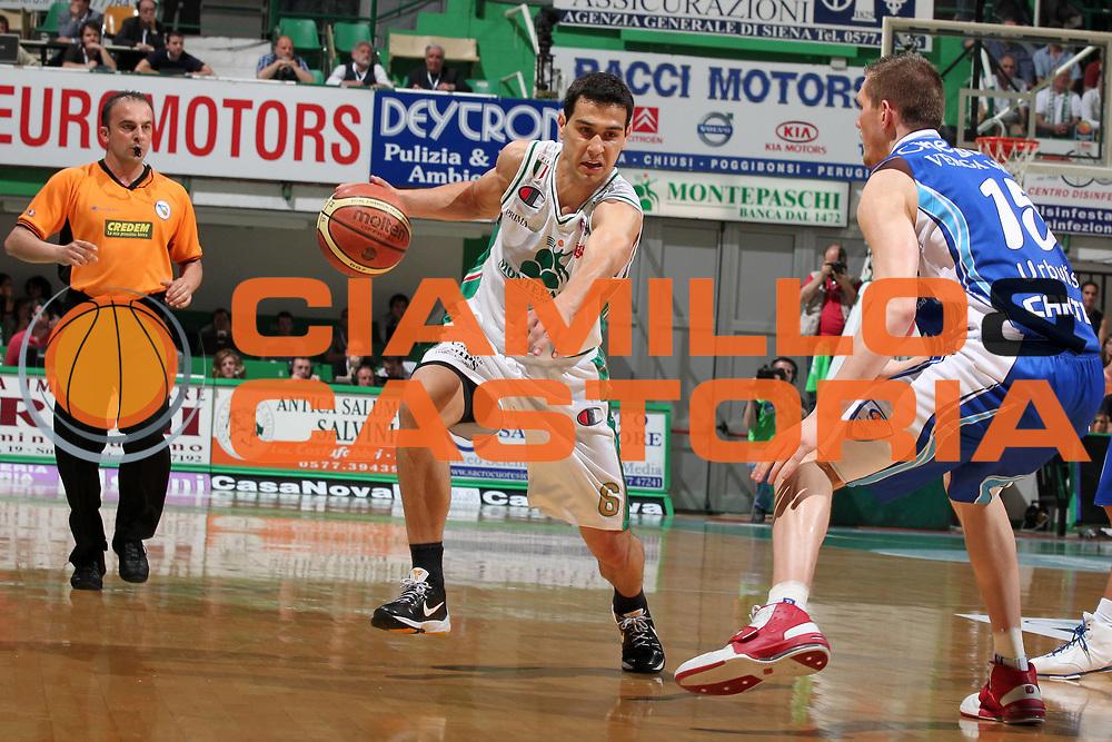 DESCRIZIONE : Siena Lega A 2009-10 Playoff Semifinale Gara 1 Montepaschi Siena NGC Medical Cantu<br /> GIOCATORE : Nikos Zisis <br /> SQUADRA : Montepaschi Siena<br /> EVENTO : Campionato Lega A 2009-2010 <br /> GARA : Montepaschi Siena NGC Medical Cantu<br /> DATA : 01/06/2010<br /> CATEGORIA : palleggio<br /> SPORT : Pallacanestro <br /> AUTORE : Agenzia Ciamillo-Castoria/ElioCastoria<br /> Galleria : Lega Basket A 2009-2010 <br /> Fotonotizia : Siena Lega A 2009-10 Playoff Semifinale Gara 1 Montepaschi Siena NGC Medical Cantu<br /> Predefinita :