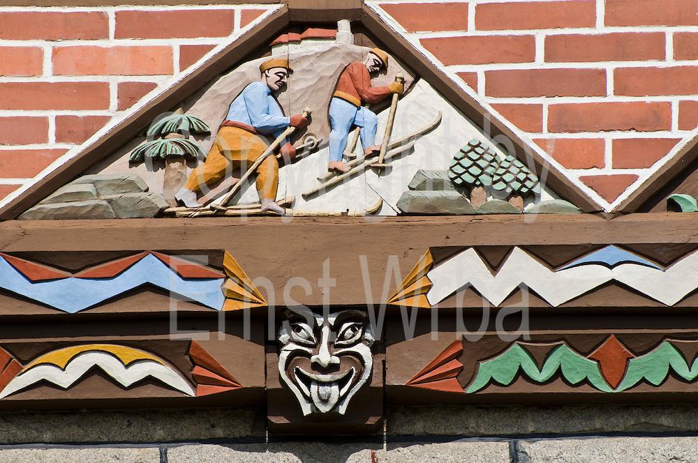Schnitzerei am Rathaus, Schierke, Harz, Sachsen-Anhalt, Deutschland | guild hall, Schierke, Harz, Saxony-Anhalt, Germany