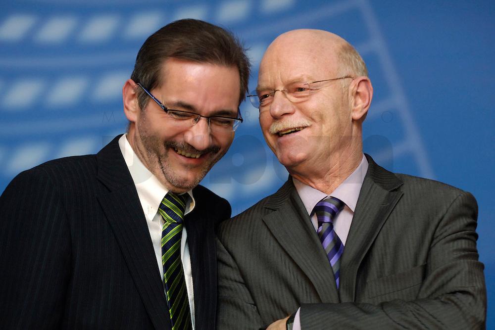 06 FEB 2006, BERLIN/GERMANY:<br /> Matthias Platzeck (L), SPD Parteivorsitzender, und Peter Struck (R), SPD, Fraktionsvorsitzender, im Gespraech, Neujahrsempfang der SPD-Bundestagsfraktion, Fraktionsebene, Deutscher Bundestag<br /> IMAGE: 20060206-02-056<br /> KEYWORDS: Gespraech