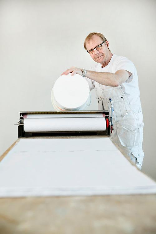 Malermester Jan Thomsen igang med opsætning af tapet Jan Thomsen bliver 60 år i år men har ingen planer om at stoppe på arbejdsmarkedet.