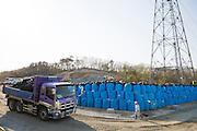 På ett berg i Shidamyo, 27 km från kärnkraftverket, lagras 10 000 säckar med kontaminerad jord. Här ska säckarna förvaras i 5 år, därefter ska de flyttas närmare kärnkraftverket till Futaba. Fukushima Prefektur, Japan