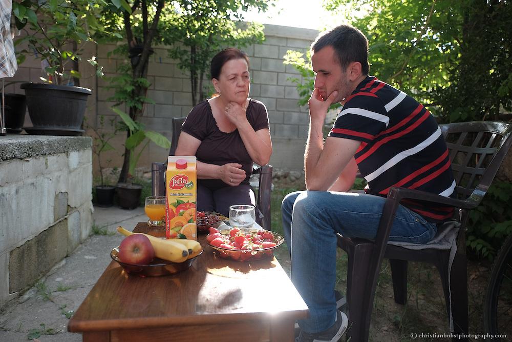 """Arlind Gashi, wohnt und arbeitet in Peja, hat Ausbildung bei """"Praktik"""" gemacht, das von Helvetas unterstützt wird. In diesem Bild zu Hause mit seiner Mutter Mevlyde Kajmolli Gashi."""
