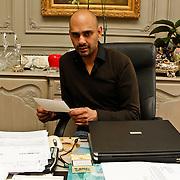 BEL/Antwerpen/20100317 - Modeontwerper Stephan Badal, met brief van Hillary Clinton