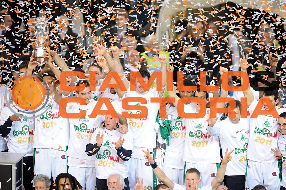 DESCRIZIONE : Torino Coppa Italia Final Eight 2011 Finale Montepaschi Siena Bennet Cantu<br /> GIOCATORE : Team Montepaschi Siena Squadra Coppa<br /> SQUADRA : Montepaschi Siena<br /> EVENTO : Agos Ducato Basket Coppa Italia Final Eight 2011<br /> GARA : Montepaschi Siena Bennet Cantu<br /> DATA : 13/02/2011<br /> CATEGORIA : premiazione award ceremony esultanza<br /> SPORT : Pallacanestro<br /> AUTORE : Agenzia Ciamillo-Castoria/GiulioCiamillo<br /> Galleria : Final Eight Coppa Italia 2011<br /> Fotonotizia : Torino Coppa Italia Final Eight 2011 Finale Montepaschi Siena Bennet Cantu<br /> Predefinita :