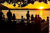 Silhuetas de pessoas olhando o por do sol em bar no Ribeirão da Ilha. Florianópolis, Santa Catarina, Brasil. / Silhouettes of people watching the sunset at a bar in Ribeirao da Ilha. Florianopolis, Santa Catarina, Brazil.