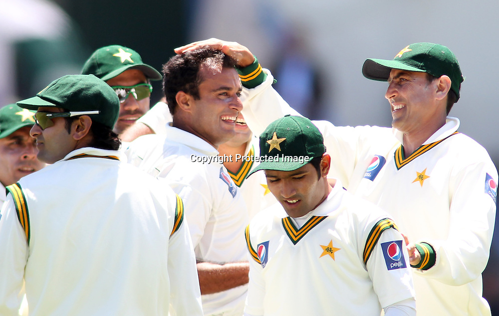 Tanvir Ahmed and team mates celebrate the wicket of Martin Guptill  on day 1 of the 2nd test at the Basin Reserve in Wellington, New Zealand v Pakistan, 15th January 2011.<br /> PHOTO: Grant Down / photosport.co.nz