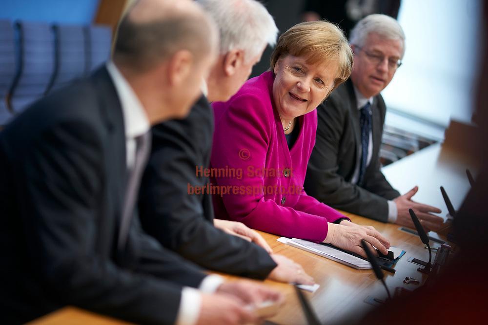 """Buergermeister von Hamburg Olf Scholz (SPD) , Ministerpraesident von Bayern Horst Seehofer (CSU) und Bundeskanzlerin Angela Merkel (CDU) in der Bundespressekonferenz zum Thema """" Koalitionsvertrag von CDU, CSU und SPD""""  in Berlin. / 12032018,DEU,Deutschland,Berlin"""