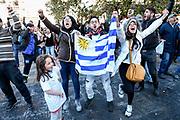 20180615/ Javier Calvelo - adhocFOTOS/  MONTEVIDEO/  La selecci&oacute;n de futbol de Uruguay debuta frente a Egipto en el estadio de Ekaterimburgo en el Mundial FIFA Rusia 2018. En Montevideo con una temperatra de 5 grados los hinchas Uruguayos se congregan en diferentes lugares para ver el encuentro. En la explanada de la Intendencia de Montevideo los hinchas se congregan frente a una pantalla gigante.<br /> En la foto: Hinchas de Uruguay durante el encuentro ante Egipto, por el Mundial FIFA Rusia 2018, en la explanada de la intendencia de Montevideo. Foto: Javier Calvelo / adhocFOTOS