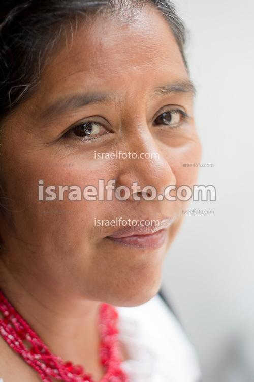 Cherán es un pueblo en la meseta purépecha de Michoacán, cuya riqueza forestal ha sido explotada clandestinamente por bandas de taladores. Las mujeres comuneras de Cherán se organizaron para defender su tierra, Adelaida Cucué destaca de entre ellas.