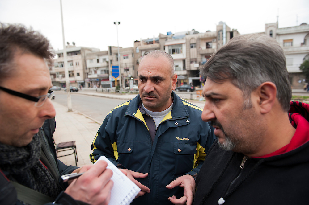 January 11, 2012, Homs, Syria. Syrian plain cloth militia's or shabiha talk with the French journalist Jacques Duplessy in the Hadara district in Homs during the civil war. <br /> 11 janvier, 2012, Homs, Syrie. Des milices syriens ou shabiha parlent avec le journaliste Jacques Duplessy dans le quartier Hadara &agrave; Homs pendant la guerre civile.