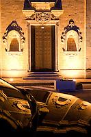 Chiesa di S.Domenico che si riflette su una delle auto parcheggiata davanti
