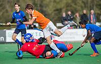 BLOEMENDAAL - Sybe Melsert (Bldaal) stuit op keeper Tim Zeeuw van Breda   tijdens de competitiewedstrijd hockey jongens B , Bloemendaal JB1-Breda JB1 (3-2)  , COPYRIGHT KOEN SUYK