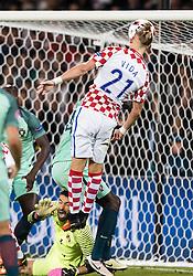 25.06.2016, Stade Bollaert Delelis, Lens, FRA, UEFA Euro 2016, Kroatien vs Portugal, Achtelfinale, im Bild Rui Patricio (POR), Domagoj Vida (CRO) // Rui Patricio (POR), Domagoj Vida (CRO) during round of 16 match between Croatia and Portugal of the UEFA EURO 2016 France at the Stade Bollaert Delelis in Lens, France on 2016/06/25. EXPA Pictures © 2016, PhotoCredit: EXPA/ JFK