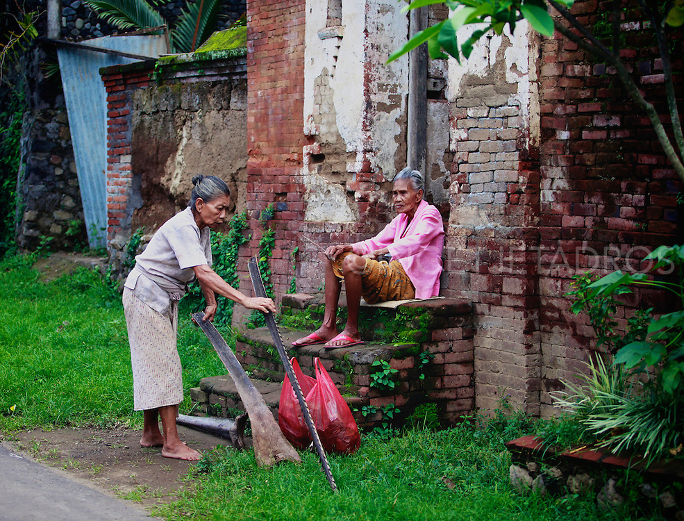 Old Balinesw women chatting and cleaning up. &copy;Ingetje Tadros<br />
