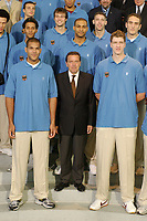 12 AUG 2002, BERLIN/GERMANY:<br /> Gerhard Schroeder, SPD, Bundeskanzler, begruest die Basketball Nationalmannschaft von Deutschland im Bundeskanzleramt, Skylobby<br /> IMAGE: 20020812-02-007<br /> KEYWORDS: Gerhard Schröder