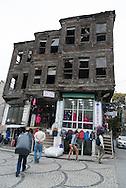 Turkey. Istambul. wooden houses decaying / maison en bois en ruines