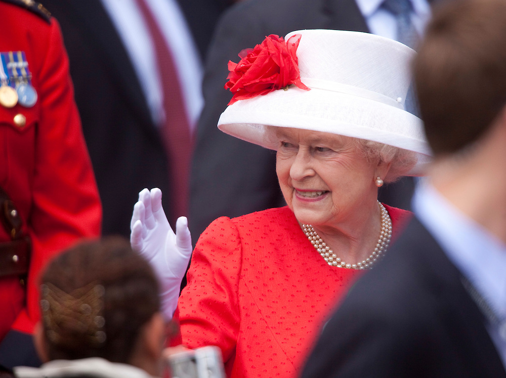 Queen Elizabeth II waves to some of the thousands of Canadian who turned out to celebrate Canada Day with her on Parliament Hill in Ottawa, Ontario, July 1, 2010. The Queen is on a 9 day visit to Canada. <br /> AFP/GEOFF ROBINS/STR