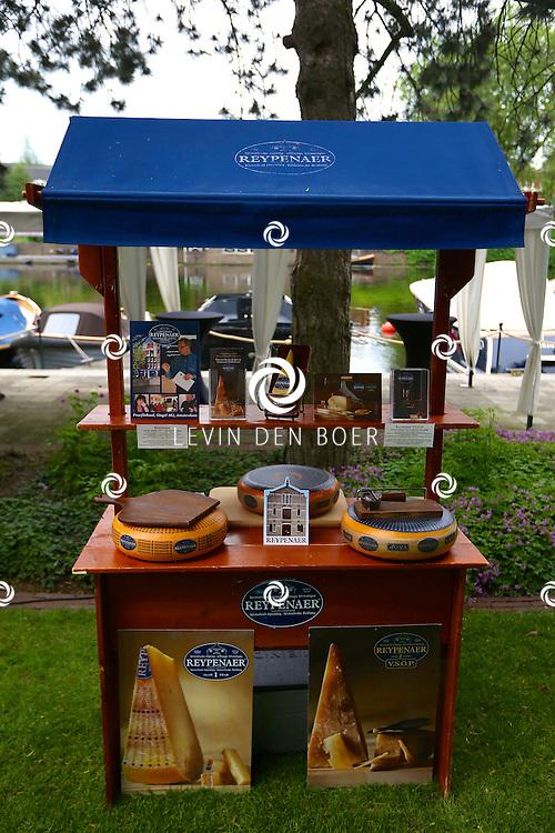 AMSTERDAM - In de tuin van het Hilton Hotel Amsterdam is de jaarlijkse haringparty weer aan de gang. Met hier op de foto de kaaskraam van Reypenaer. FOTO LEVIN DEN BOER - PERSFOTO.NU