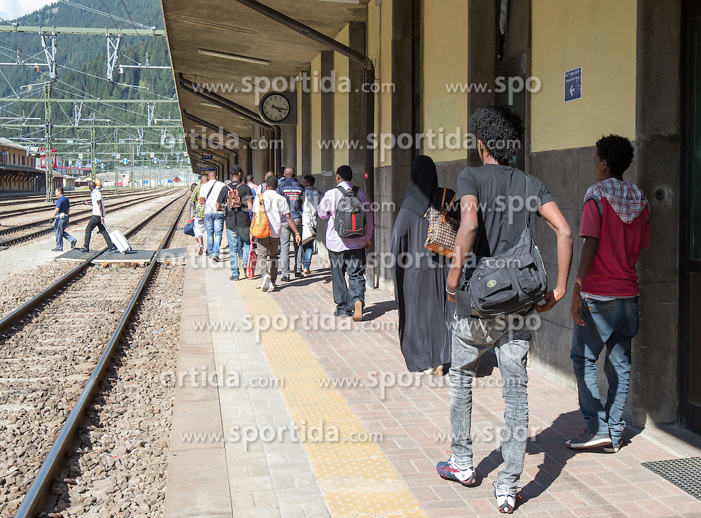 THEMENBILD - An den Bahnhöfen in Südtirol stranden seit Monaten jede Woche Hunderte Flüchtlinge. Wer es über das Meer bis nach Italien geschafft hat, versucht, rasch weiter in Richtung Norden zu kommen, meist werden sie dabei von deutsch-österreichisch-italienischen Polizeistreifen aus den Zügen geholt. Am Bahnhof in Bozen und am Brenner werden sie von Helfern versorgt. Viele der Flüchtlinge wollen nach Deutschland und Skandinavien. Der Brenner ist nur ein Etappenziel. Hier im Bild Flüchtlinge unter Polizeibewachung auf dem Weg zur Grenzpolizeitation am Bahnhof Brenner. Aufgenommen am 9. August 2015 am Bahnhof Brenner // Asylum seekers crowding the Brenner railway station on the border between Tyrol, Austria and South Tyrol, Italy, 09 August 2015. Each Week hundreds of asylum seekers reportedly are stopped by Austrian, German and Italian police. The Austrian government has been struggling to house masses of new arrivals, as some provincial leaders and many mayors have opposed hosting asylum seekers in their communities. More than 28,300 people applied for refugee protection in Austria in the first half of the year, with many coming from Syria, Afghanistan and Iraq. EXPA Pictures © 2015, PhotoCredit: EXPA/ Johann Groder
