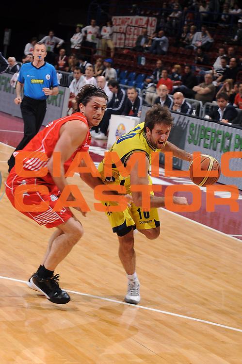 DESCRIZIONE : Milano Lega A 2009-10 Playoff Quarti di Finale Gara 1 Armani Jeans Milano Sigma Coatings Montegranaro<br /> GIOCATORE : Daniele Cavaliero<br /> SQUADRA : Sigma Coatings Montegranaro<br /> EVENTO : Campionato Lega A 2009-2010 <br /> GARA : Armani Jeans Milano Sigma Coatings Montegranaro<br /> DATA : 20/05/2010<br /> CATEGORIA : palleggio<br /> SPORT : Pallacanestro <br /> AUTORE : Agenzia Ciamillo-Castoria/A.Dealberto<br /> Galleria : Lega Basket A 2009-2010 <br /> Fotonotizia : Milano Lega A 2009-10 Playoff Quarti di Finale Gara 1 Armani Jeans Milano Sigma Coatings Montegranaro<br /> Predefinita :