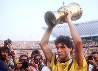 Fotball<br /> Tyskland<br /> Feature Borussia Dortmund<br /> Foto: Witters/Digitalsport<br /> NORWAY ONLY<br /> <br /> Michael ZORC mit Pokal<br /> Borussia Dortmund DFB-Pokal Sieger 1989<br /> 24.6.1989