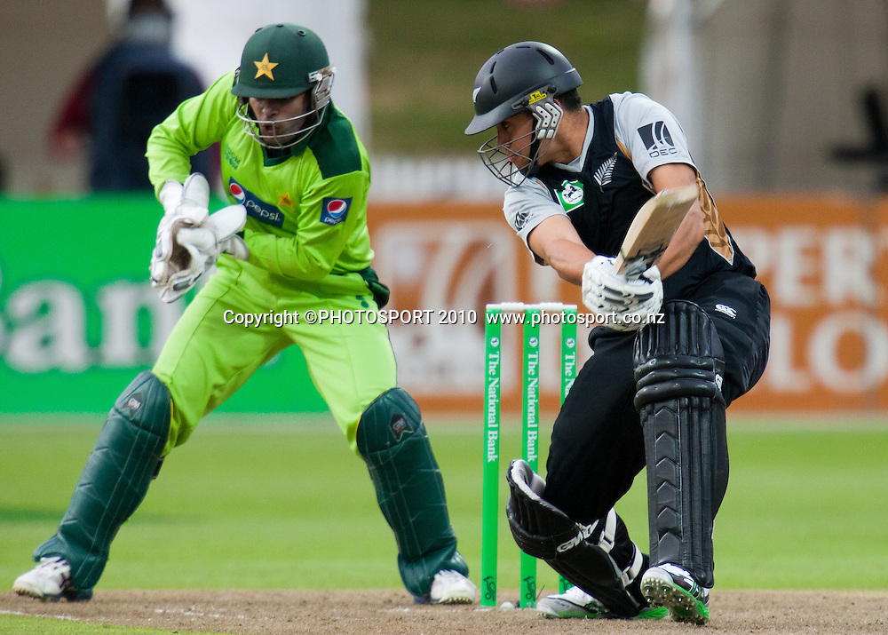 Shahid Afridi catches out Martin Guptill during New Zealand Black Caps v Pakistan, Match 2. Twenty 20 Cricket match at Seddon Park, Hamilton, New Zealand. Tuesday 28 December 2010. . Photo: Stephen Barker/PHOTOSPORT