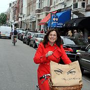NLD/Amsterdam/20080828 - Liz Snoyink op de fiets door de PC in Amsterdam