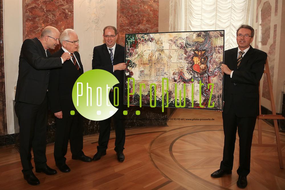 Mannheim. 15.02.14  Schloss. Rittersaal. Festakt zu 175 Jahren &quot;R&auml;uber&quot; in Mannheim.<br /> Hauptmann der &quot;R&auml;uber&quot; Wolfgang S&auml;ttele erh&auml;lt ein Brixi Bild. Mit dabei (li) Festredner Marcus F&auml;hnle.<br /> Bild: Markus Pro&szlig;witz 15FEB14 / masterpress / images4.de