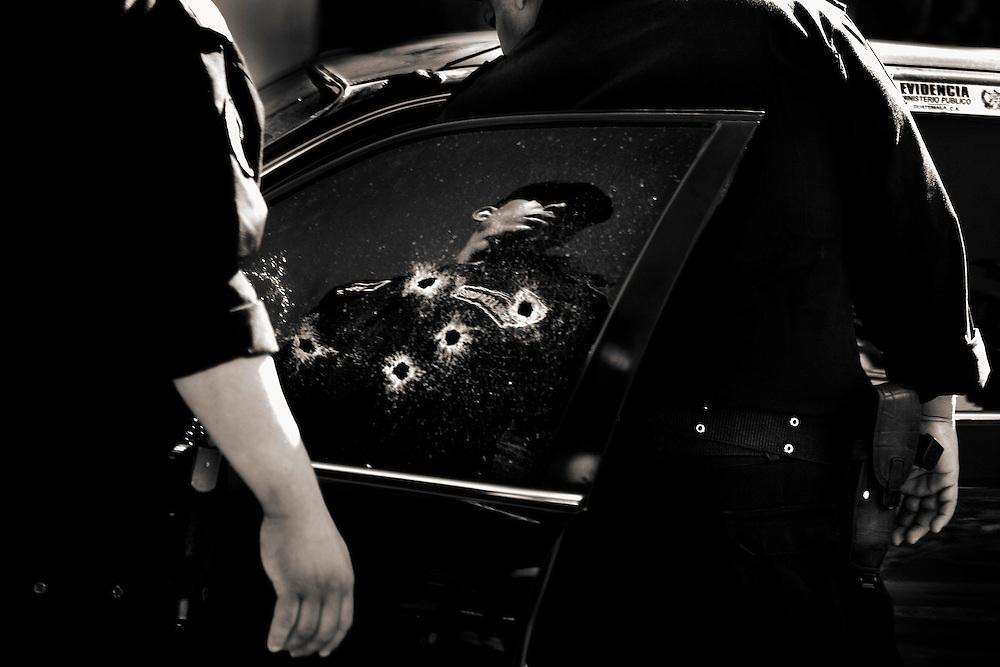 The 31 year old Karina Marlene was gunned down with 6 shots from a taxi in zone 10 of Guatemala city.<br /> <br /> LA VICTIMA KARINA MARLENE GUERRA DE 31 A&Ntilde;OS ES ABATIDA POR 6 DISPAROS DESDE UN TAXI EN LA ZONA 10 DE GUATEMALA