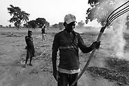 Young men burning leaves and twigs to prepare fields for planting before the rainy season begins.<br /> Tanlili, Burkina Faso. 07/06/2004<br /> Photo &copy; J.B. Russell