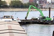 Mannheim. 12.10.16 Rhein.<br /> Ein französisches Güterschiff hat sich am Dienstagmittag auf dem Rhein in Mannheim festgefahren. Verletzt wurde niemand, wie die Polizei mitteilte. Der mit 900 Tonnen Dünger beladene Frachter war in unmittelbarer Nähe des Ufers außerhalb der Fahrrinne auf Grund gelaufen. Daher war der Schiffsverkehr auf dem Rhein zunächst nicht beeinträchtigt.<br /> Bild: Markus Prosswitz 12OCT16 / masterpress (Bild ist honorarpflichtig - No Model Release!)