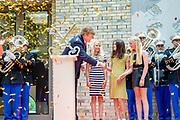 Koning Willem-Alexander opent het vernieuwde Museum De Lakenhal in leiden. Na een restauratie en uitbreiding heeft het museum nu een moderne vleugel voor tijdelijke tentoonstellingen. De vaste collectie is vanaf de opening permanent te zien.<br /> <br /> King Willem-Alexander opens the renovated Museum De Lakenhal in Leiden. After a restoration and expansion, the museum now has a modern wing for temporary exhibitions. The permanent collection can be seen permanently from the opening.
