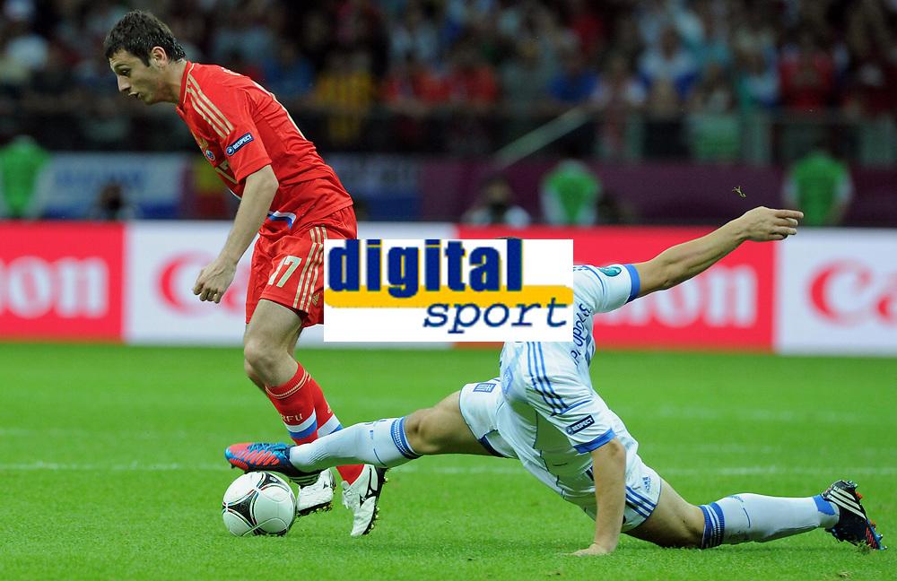 Fotball<br /> 16.06.2012<br /> EM 2012<br /> Russland v Hellas<br /> Foto: Witters/Digitalsport<br /> NORWAY ONLY<br /> <br /> v.l. Alan Dzagoev (Alan Dsagojew, Russland), Kyriakos Papadopoulos (Griechenland)<br /> Fussball EURO 2012, Vorrunde, Gruppe A, Griechenland - Russland