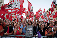 Roma 1 Ottobre 2011.Ora tocca a noi.Manifestazione nazionale di Sinistra, Ecologia, Libertà, a Piazza Navona..I manifestanti salutano Nichi vendola.