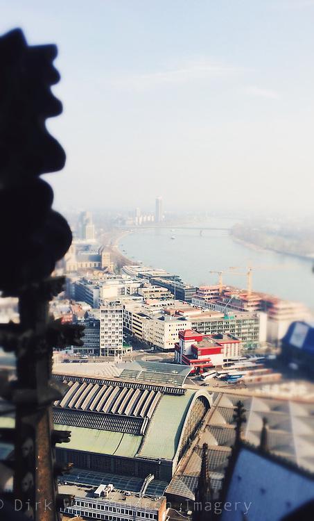 Blick auf Rhein und Hauptbahnhof Köln mit Teilen des Kölner Doms, Köln, Deutschland
